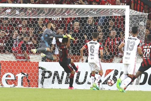 Muralha nega falha em derrota do Flamengo para o Atlético-PR pela Libertadores
