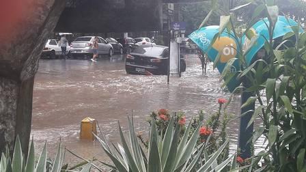 Ruas de Niterói ficam alagadas nesta sexta-feira em diversos pontos da cidade