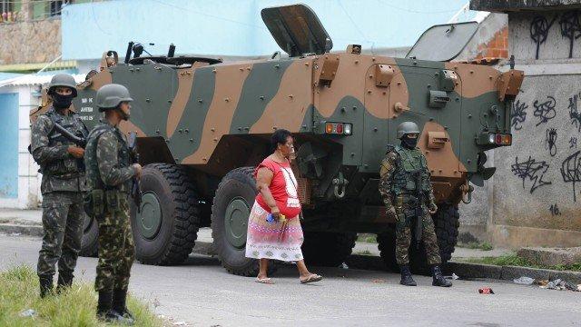 Dezesseis barricadas de criminosos são retiradas por militares no Rio