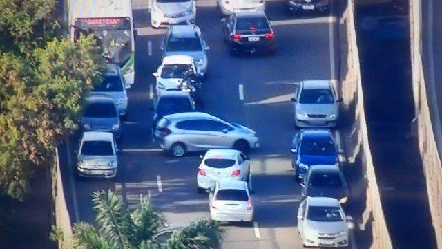 Motoristas voltam na contramão na Linha Amarela para fugir de tiroteio na Cidade de Deus