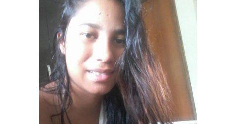 Mulher morta a facadas com a filha no colo durante assalto