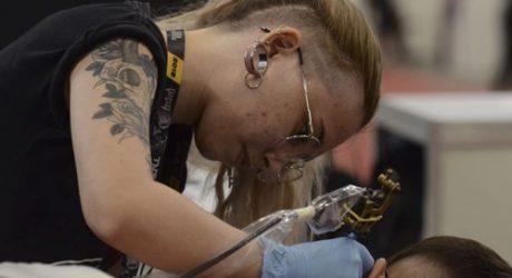 Mulheres que tiveram câncer  recebem tatuagem cosmética