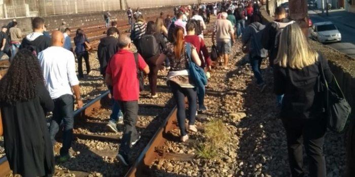 Trem apresenta problema e passageiros desembarcam nos trilhos na Zona Norte