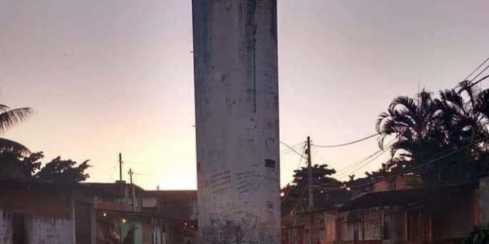 Caixa d'água no meio da rua de comunidade da Baixada intriga internauta