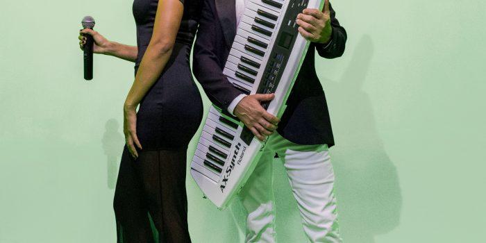 Maynah e Xander Teller cantam sucessos sertanejos em Caxias