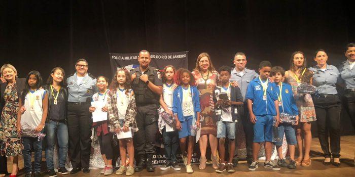 Alunos de Caxias recebem certificado do Proerd