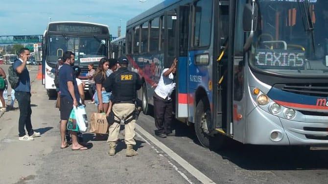 PRF faz operação de fiscalização de equipamentos de acessibilidade de ônibus na Rodovia Washington Luiz