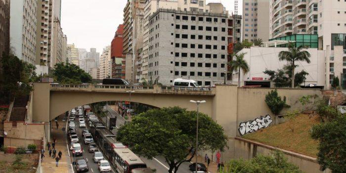 Protesto de motoristas de ônibus paralisa vias do centro de SP