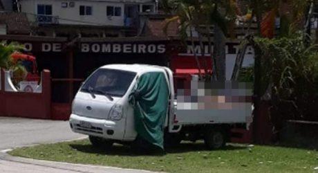 Corpos são deixados em caminhão próximo ao Corpo de Bombeiros em Angra dos Reis