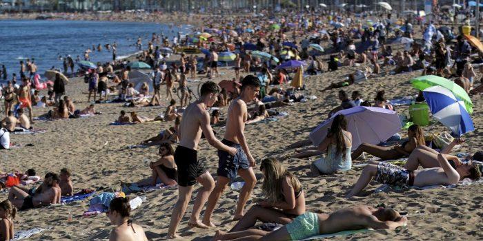 Barcelona limita frequência em praias por medo de onda de covid-19