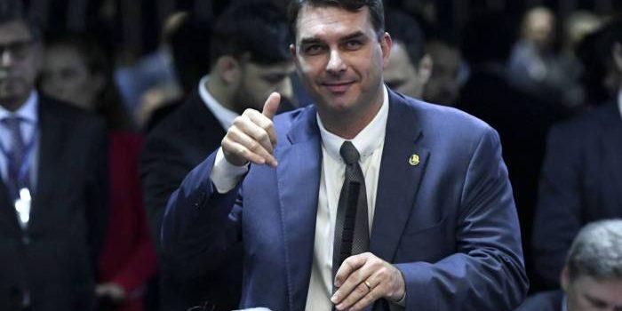 Flávio Bolsonaro admite que Queiroz pagou suas contas pessoais