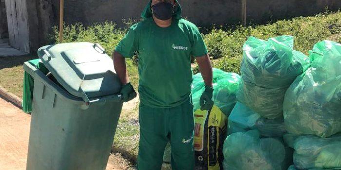 Os garis comunitários de São João de Meriti: funcionários da Mais Verde coletam o lixo a pé em áreas de difícil acesso