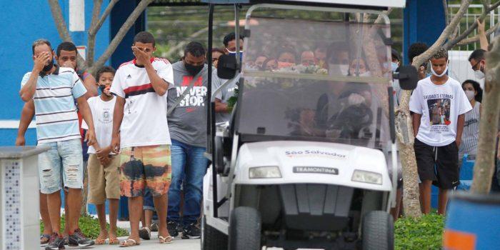 Corpo  de Menino de 7 anos morto após ser atingido por postes é enterrado em Nova Iguaçu