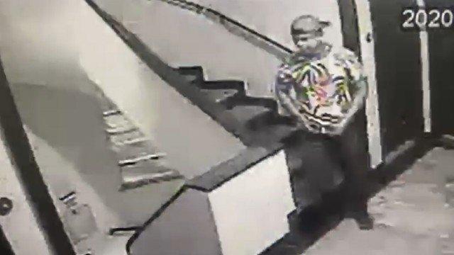 Câmeras registram momento em que garoto de programa deixa apartamento em Ipanema após esfaquear francês