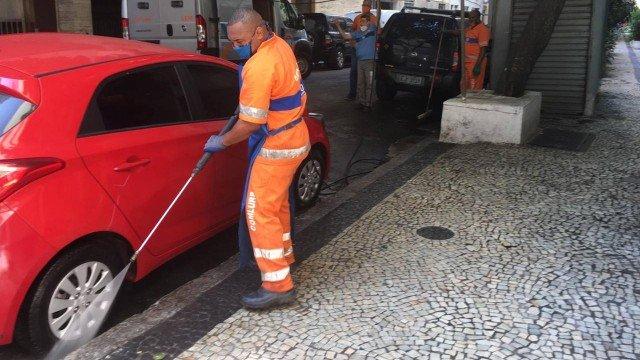 Rua em Copacabana onde homem morreu após ser atingido por botijão de gás passa por limpeza