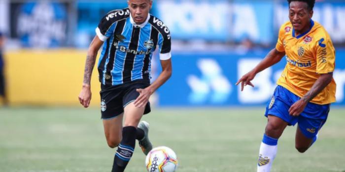 Vasco fica perto de fechar empréstimo com meia do Grêmio