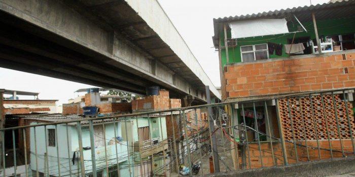 Habitações debaixo de viadutos são realidade antiga do Rio