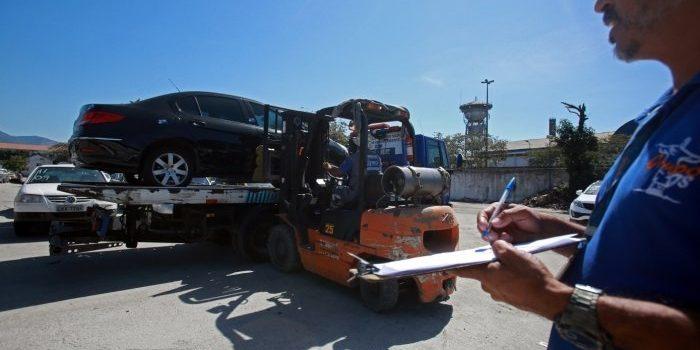 Carros estacionados em locais proibidos não poderão ser rebocados na presença do proprietário