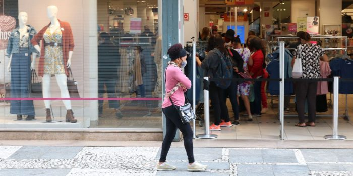 Comércio cresce 1,8% de março para abril, diz IBGE