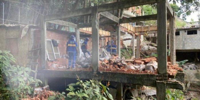 Construções irregulares são demolidas no Morro da Babilônia pela Prefeitura do Rio