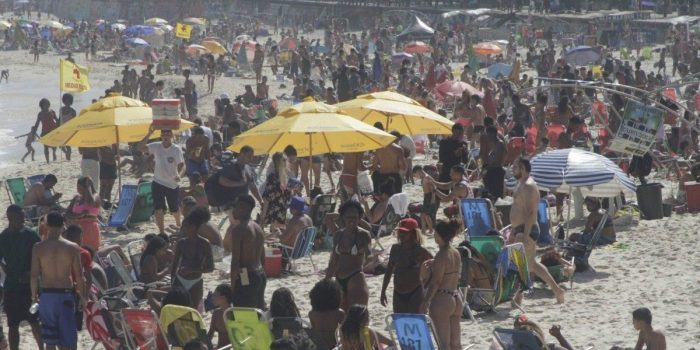 Com sábado ensolarado, cariocas lotam praias da Zona Sul do Rio