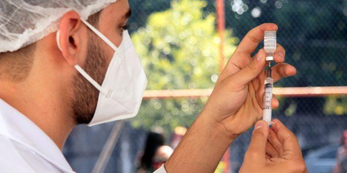 Caxias vacina nesta segunda-feira adolescentes de 12 anos e acima de 18