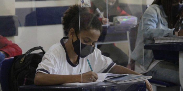 Após ensino remoto inconstante, responsáveis comemoram volta às aulas no Rio