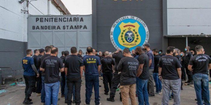 Cinco celulares são apreendidos com milicianos presos em Gericinó