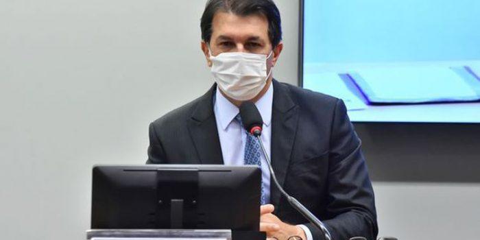 Relator lê parecer sobre reforma administrativa em comissão especial