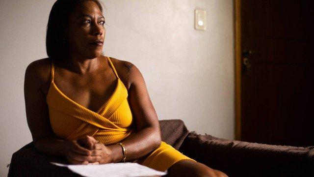 Quatorze anos após ser acusada por lojistas de comprar com notas falsas, mulher ainda aguarda sentença e acredita que foi vítima de racismo