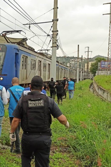 Polícia Militar apreende oito facas e mais de 50 celulares em ação de varredura na linha férrea, na Zona Norte